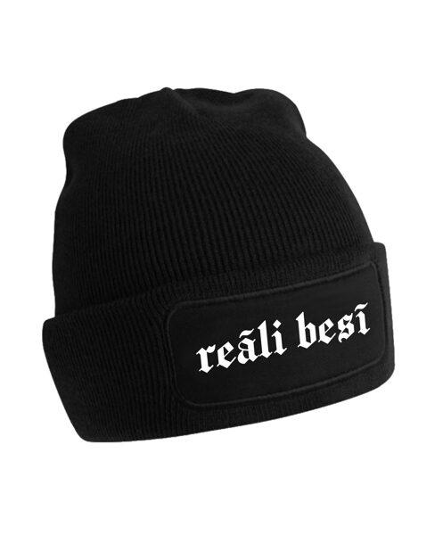 """Cepure ar tumsā atstarojošu uzrakstu """"Reāli besī"""""""